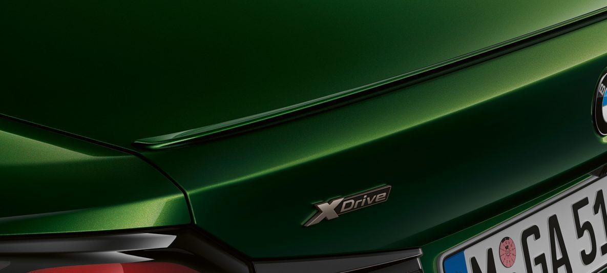Heckspoiler BMW M550i xDrive Limousine G30 LCI Facelift 2020 BMW Individual Verde Ermes metallic Nahaufnahme Heck