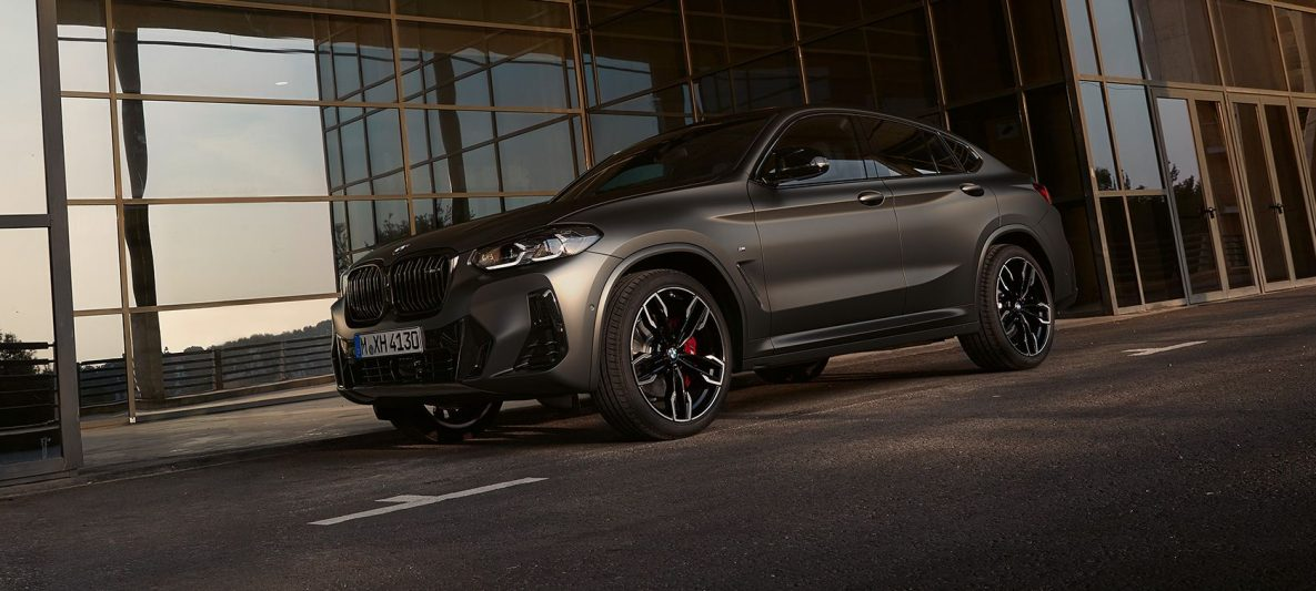 BMW X4 M40i G02 LCI 2021 Facelift Dreiviertel-Frontansicht vor Glasfassade